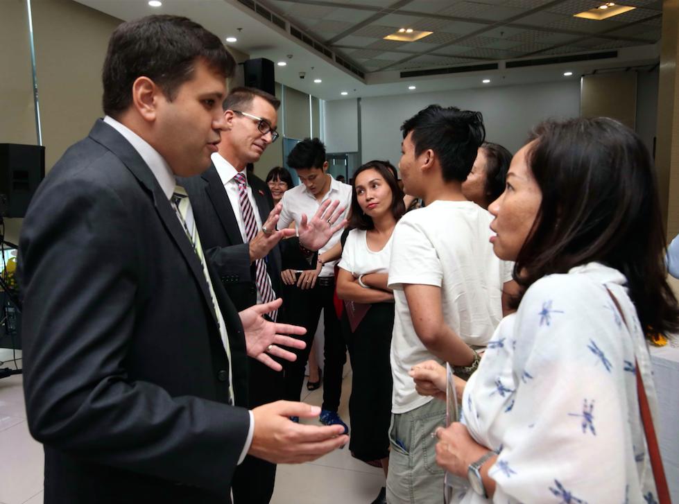 Các chuyên gia trả lời thắc mắc tại buổi tư vấn truyền hình trực tuyến của Báo Thanh Niên về giáo dục Mỹ và visa du học, ngày 14.10