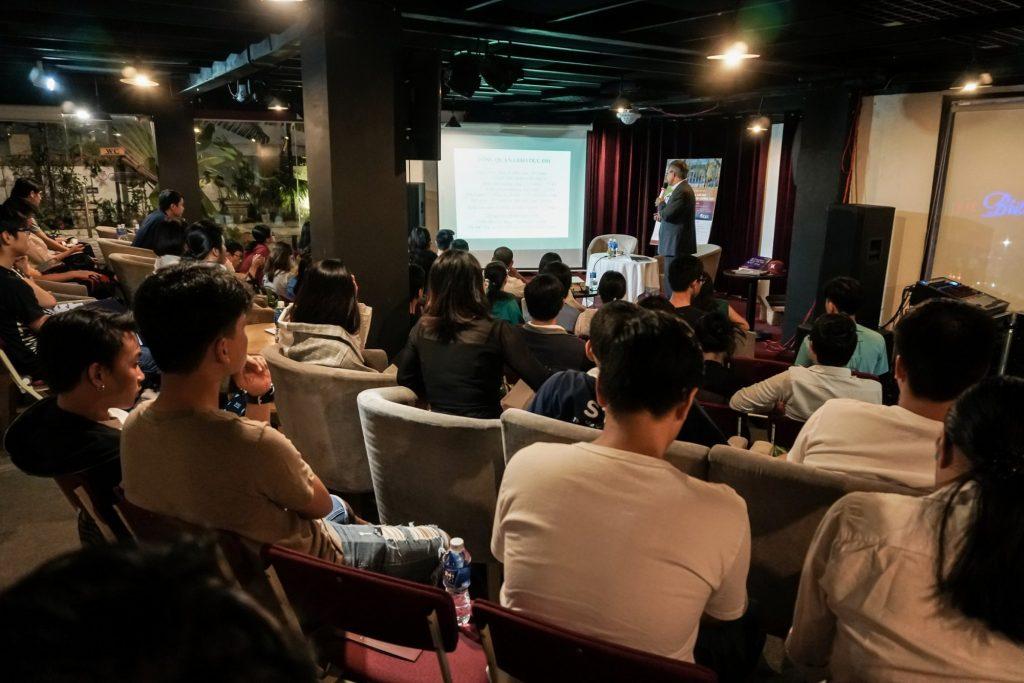 thầy Trần Đức Cảnh đã chia sẻ rất nhiều thông tin cập nhật về tình hình tuyển sinh của các trường Trung học và Đại học hàng đầu của Mỹ.