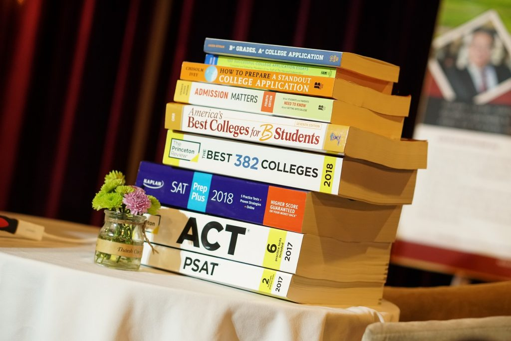 """Sách dành cho các kỳ thi chuẩn hóa vào các trường top vừa """"cập bến"""" NEEC."""