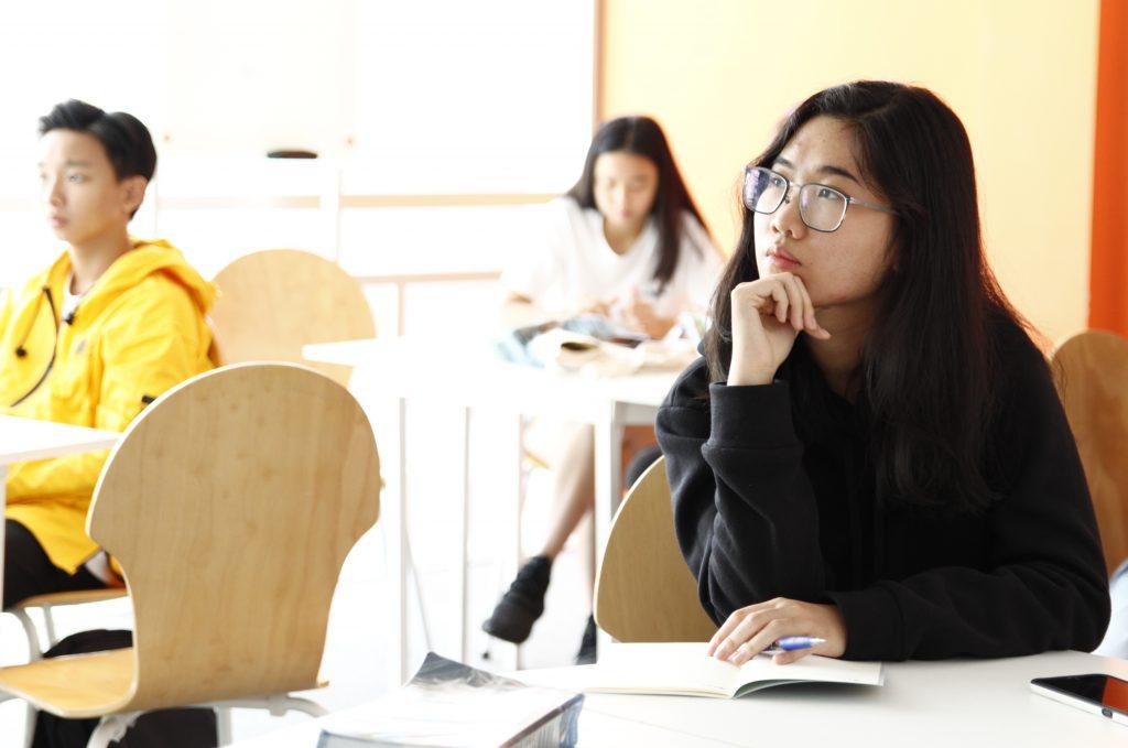 Học sinh tại NEEC đang chăm chú lắng nghe trong buổi huấn luyện